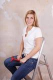 De zitting van de vrouw op ladder stock fotografie