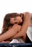 De zitting van de vrouw op massagelijst stock fotografie