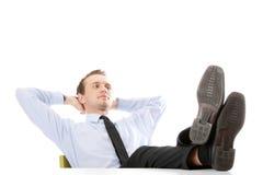 De zitting van de zakenman bij bureau stock foto
