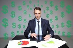 De zitting van de zakenman bij de lijst Op de lijststapels omslagen met documenten dollartekens op achtergrond Stock Afbeeldingen