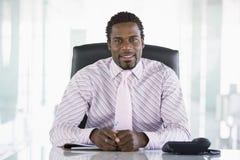 De zitting van de zakenman in bureau Royalty-vrije Stock Afbeelding