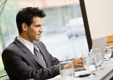 De zitting van de zakenman in conferentieruimte Royalty-vrije Stock Foto