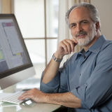 De Zitting van de zakenman voor Computer Royalty-vrije Stock Foto