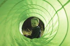 De Zitting van het babymeisje in Toy Tunnel Stock Foto's