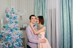 De zitting van het de liefdepaar van Nice op tapijt voor open haard Royalty-vrije Stock Fotografie