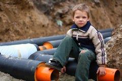 De zitting van het kind op een pijp Royalty-vrije Stock Fotografie