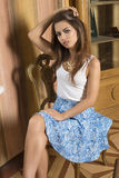 De zitting van het maniermeisje op oude stoel Royalty-vrije Stock Afbeelding