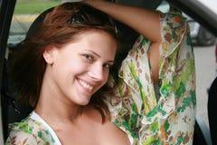 De zitting van het meisje in de auto stock fotografie