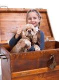 De zitting van het meisje in een doos met hondANG die ja teken tonen Stock Foto