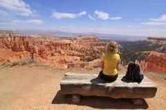 De zitting van het meisje en het bekijken landschap Royalty-vrije Stock Foto