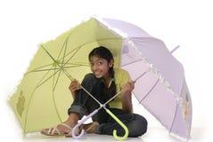 De zitting van het meisje met paraplu twee Royalty-vrije Stock Afbeelding