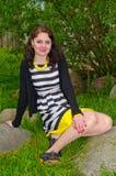 De zitting van het meisje op de rotsen Royalty-vrije Stock Afbeelding