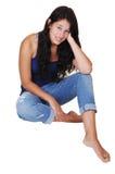 De zitting van het meisje op de vloer. Royalty-vrije Stock Fotografie