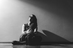 De zitting van het meisje op de vloer Royalty-vrije Stock Fotografie