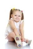 De zitting van het meisje op de vloer Stock Afbeelding