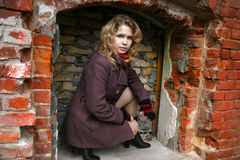 De zitting van het meisje op een gebied royalty-vrije stock afbeeldingen