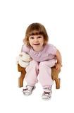 De zitting van het meisje op een houten kruk Stock Fotografie