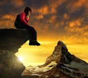 De zitting van het meisje op een rots Stock Fotografie