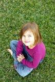 De zitting van het meisje op gras Royalty-vrije Stock Foto