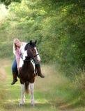 De Zitting van het meisje op Haar Paard royalty-vrije stock foto's