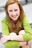 De zitting van het meisje op treden Stock Foto's