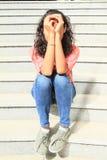 De zitting van het meisje op treden Stock Foto
