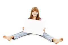 De zitting van het meisje op vloer die advertentie toont stock afbeelding