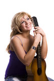 De zitting van het Meisje van de blonde met gitaar royalty-vrije stock afbeelding