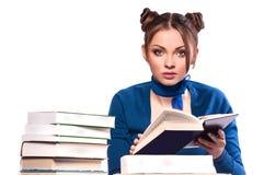 De zitting van het meisje voor boeken stock fotografie