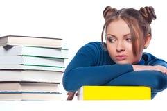 De zitting van het meisje voor boeken stock afbeeldingen