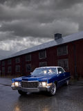 De zitting van het paar binnen en oude Amerikaanse auto Royalty-vrije Stock Afbeeldingen
