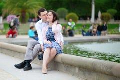 De zitting van het paar door het water in de tuin van Luxemburg van Pari Stock Foto's