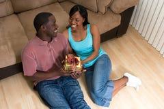 De Zitting van het paar met een Gift doos-Horizonta royalty-vrije stock afbeeldingen