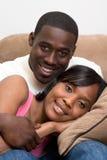 De Zitting van het paar op Bank - Close-up stock afbeeldingen