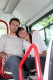 De zitting van het paar op een bus Stock Afbeelding