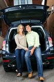 De zitting van het paar in rug van auto Stock Fotografie