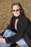 De zitting van het portret op gras Stock Foto's