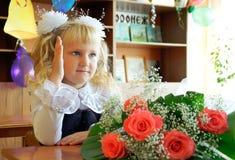 De zitting van het schoolmeisje bij een bureau op school Royalty-vrije Stock Afbeelding