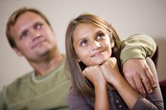 De zitting van het tien éénjarigenmeisje naast vader Royalty-vrije Stock Fotografie