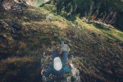 De Zitting van de mensenreiziger op van de de Meningsreis van Cliff Bridge Edge With Mountains Lucht van het de Levensstijlavontu Royalty-vrije Stock Foto's