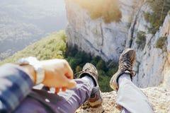 De zitting van de reizigersmens over vallei, POV royalty-vrije stock afbeeldingen