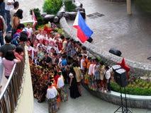 De Zittingen van de groepsfoto bij SM-de wandelgalerij van Stadsbaguio, Baguio, Filippijnen royalty-vrije stock fotografie