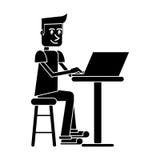 De zittings werkende computer van de silhouet jonge mens Stock Foto