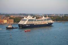 De Zoektocht` passen van de cruisevoering ` Azamara door de Venetiaanse lagune stock afbeelding