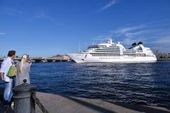 De Zoektocht van Seabourn van de cruisevoering vertrekt van St. Petersburg, Rusland stock afbeelding