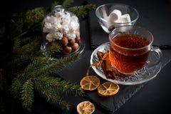 De zoete achtergrond van de de wintervakantie met diverse koekjes en kop van hete kruidige zwarte thee op donkere rustieke lijst Royalty-vrije Stock Afbeelding