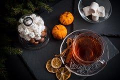 De zoete achtergrond van de de wintervakantie met diverse koekjes en kop van hete kruidige zwarte thee op donkere rustieke lijst Royalty-vrije Stock Afbeeldingen