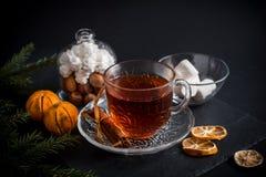 De zoete achtergrond van de de wintervakantie met diverse koekjes en kop van hete kruidige zwarte thee op donkere rustieke lijst Stock Afbeelding