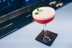 De zoete Beroemde sappige ambachtcocktails met suikergoed decoratieve Auteur inspireerden Cocktaildrank - op barteller Close-up h stock fotografie