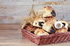 De zoete broodjes met papaverzaden liggen in een rieten mand Stock Foto's